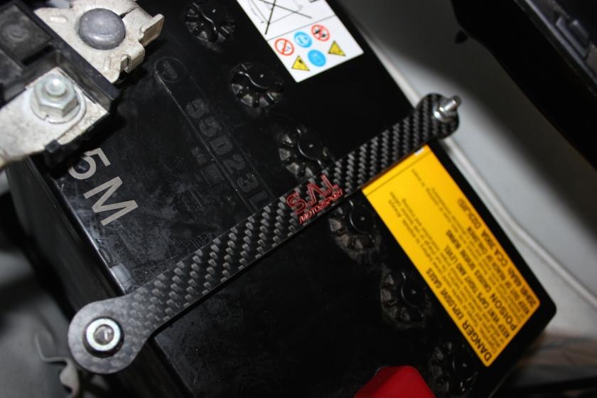 Carbon-Batteriehalter im GT86 eingebaut.
